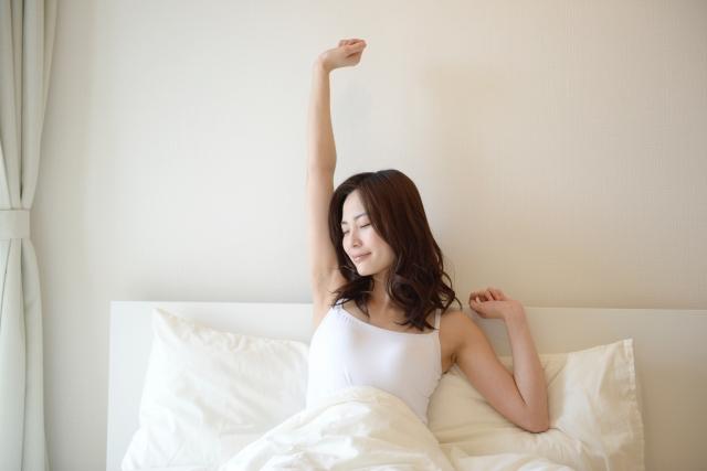 爽やかに目覚める女性